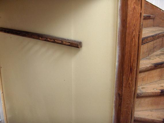 Ytterligare en av husets alla gamla knoppbrädor.
