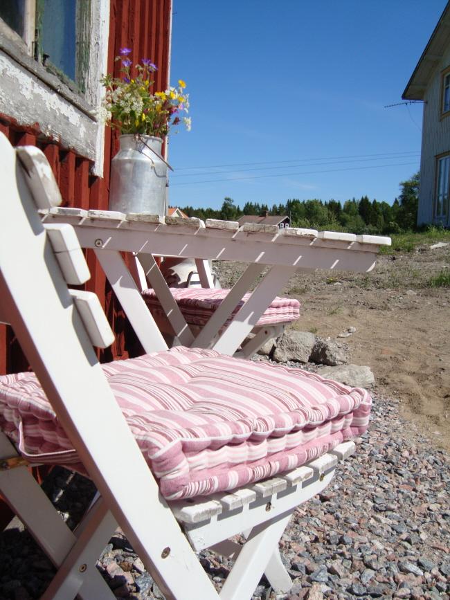 Sittplats utanför stallet. Till höger skymtar vårt hus med altandörren, fast utan altan! :)